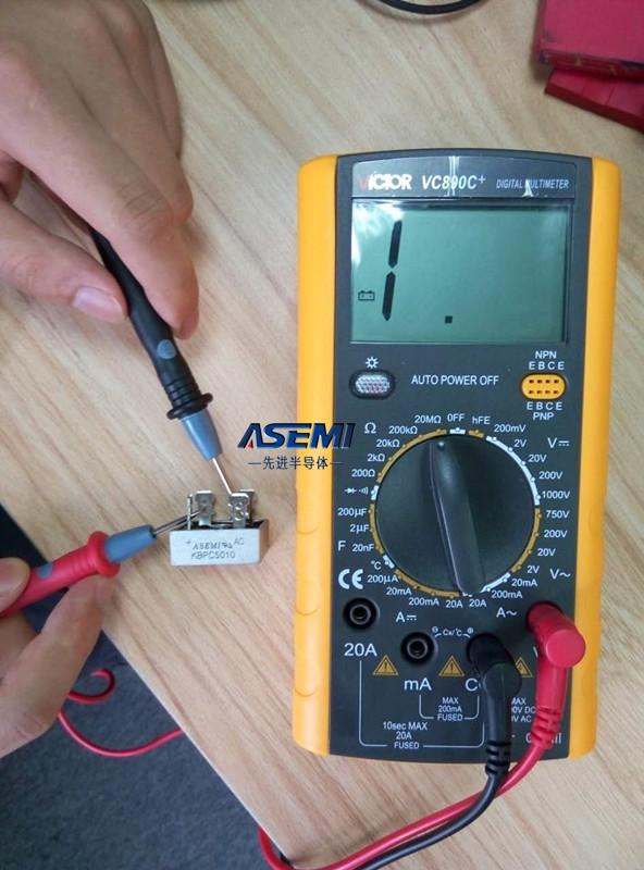 桥测量工作电流与测量电压的方法大体类似,用到的工具依然是万用表.